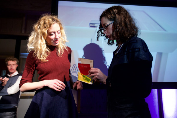 Prof. Vanessa Evers reikt de winnaar Marjan van Aubel (Caventou) de prijs uit voor Radicale Vernieuwer 2016 tijdens de Nacht van de Radicale Vernieuwing.