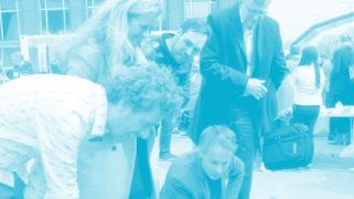 Juryleden bekijken projecten tijdens de Innovatie-Expo.