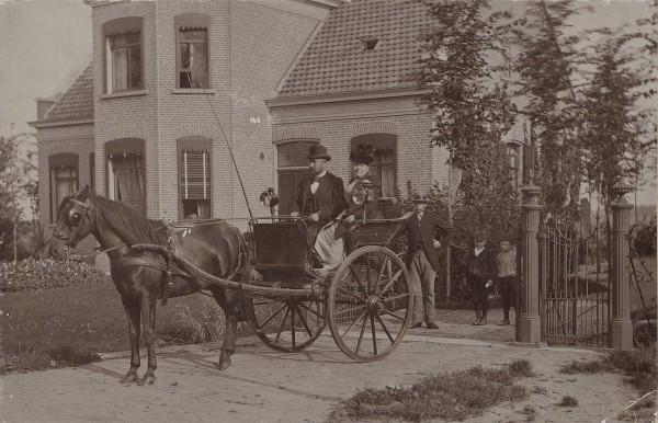 Een koets met paar en kinderen op de Middenweg in Heerhugowaard