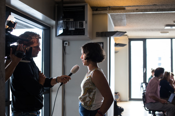 Jongste jurylid Meryem (12) wordt geïnterviewd door RTL Nieuws.