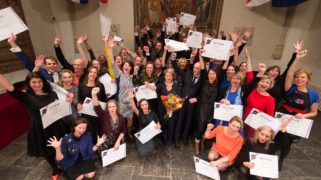 Directeur-generaal Marjan Hammersma (OCW) overhandigt op donderdag 10 november 2016 aan de derde lichting deelnemers van het leerprogramma 'Leiderschap in Cultuur' (LinC) hun certificaat.