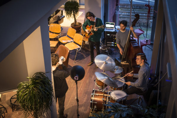 De Out of Office werd muzikaal begeleid door een jazzband.
