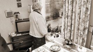 Bejaarde bewoners van het Maarten Lutherhuis in Amsterdam-West bespreken sluiting in verband met bezuinigingen.