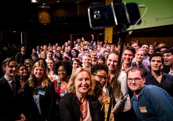 Minister Bussemaker maakt een selfie met de studenten van StudentLab