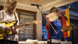 1woord-performance van Babs Gons en Mirte Hartland (zie video onderaan artikel)
