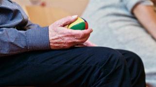 Oudere met anti-stressbal