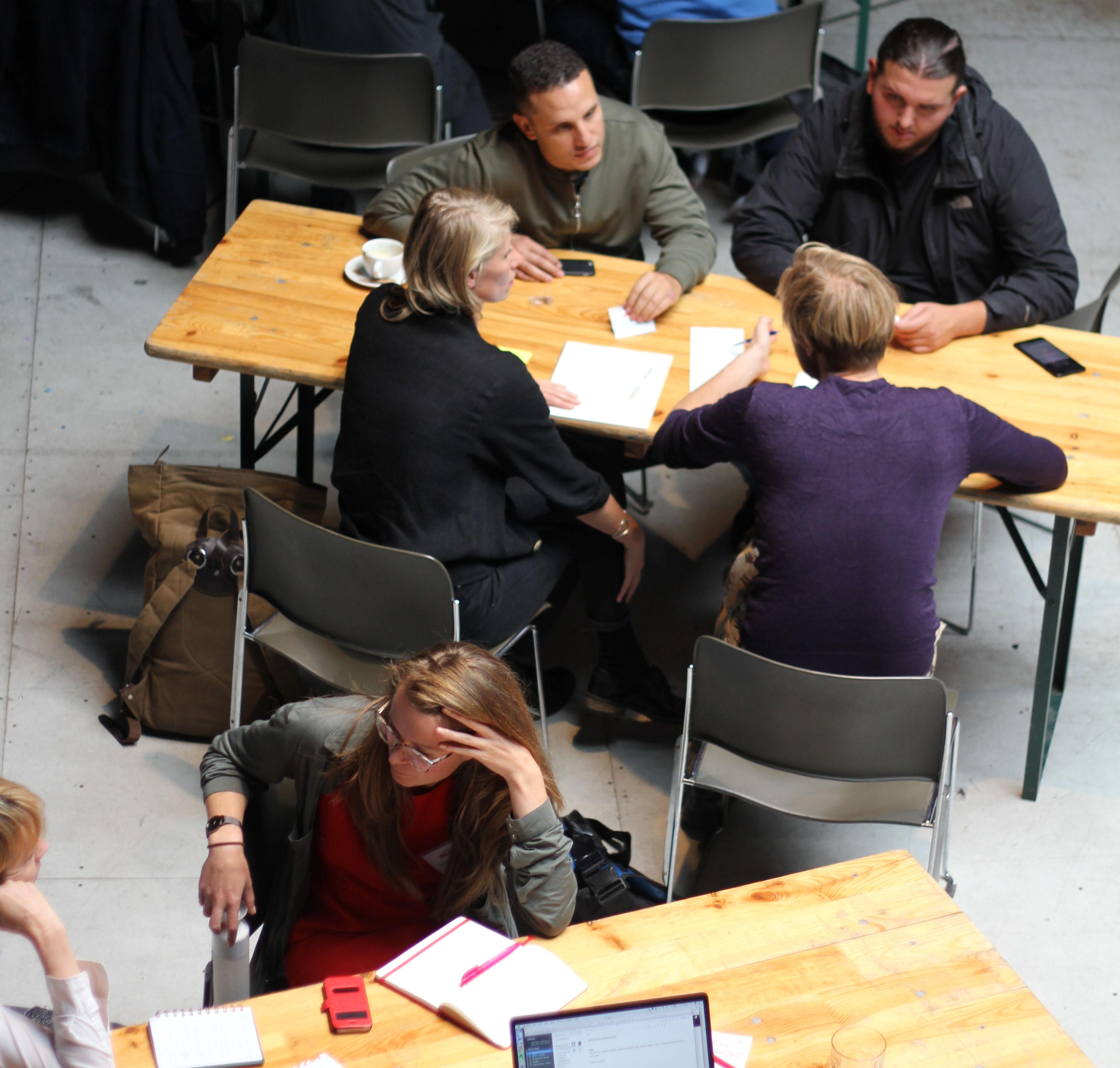 Deelnemers van ontwikkeltraject Amsterdammers, Maak je Stad! tijdens workshop #1 over het in kaart brengen van impact