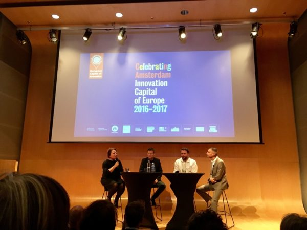 Marleen Stikker (Waag Society), Paul Keller (Kennisland), Ger Baron (CTO Amsterdam) reflecteren onder leiding van moderator Farid Tabarki op twee jaar iCapital tijdens het mini-symposium op 4 oktober.