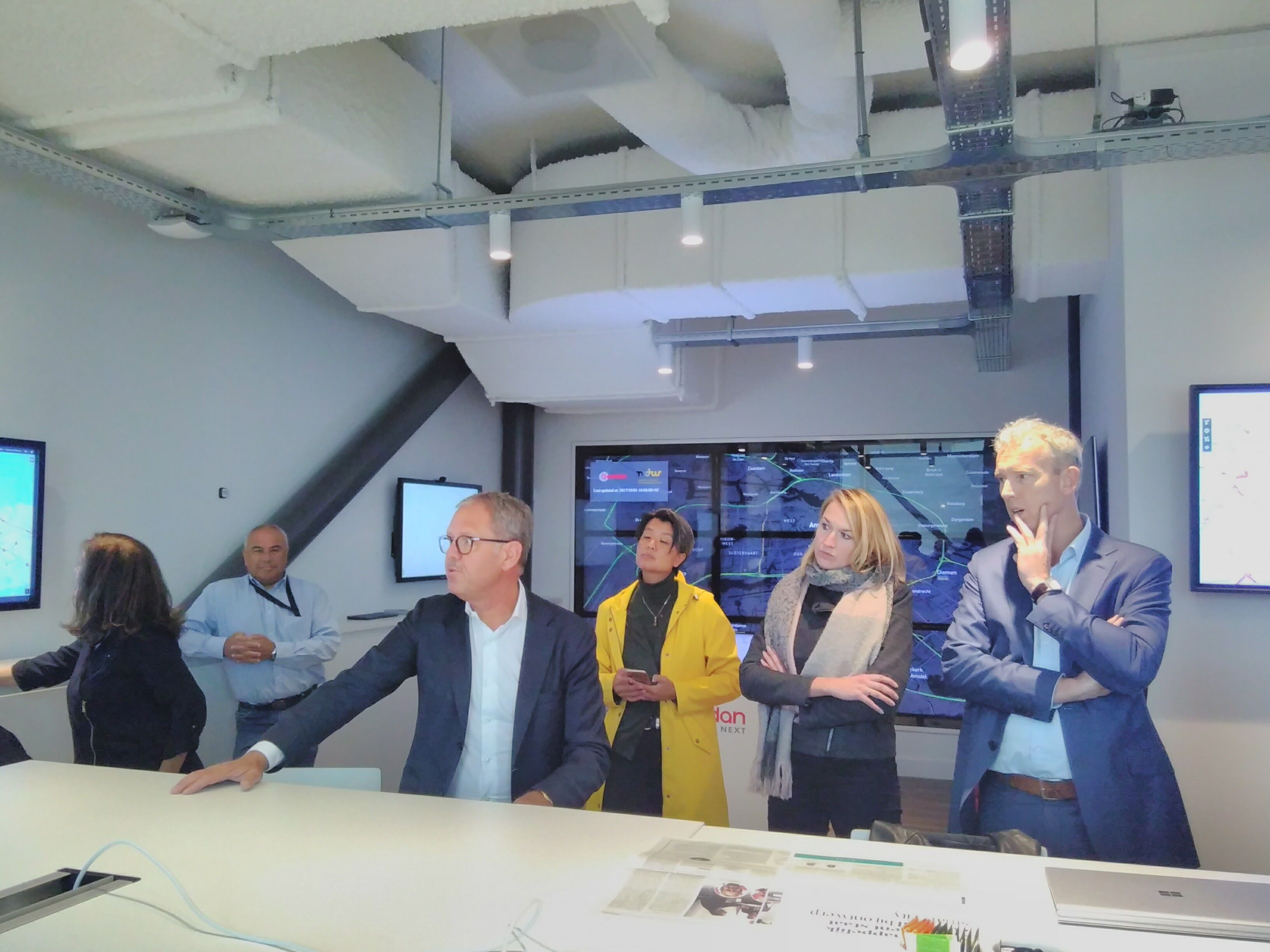 In de 'situation room' van de Amsterdam Arena laat Henk zien hoe de ArenA zich inzet voor innovatie in duurzaamheid en veiligheid.