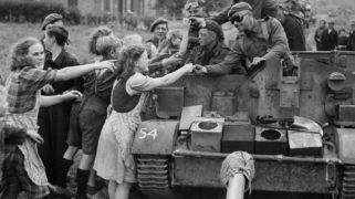 Geallieerden delen chocolade uit aan Nederlandse burgers tijdens hun opmars in Nederland, 22 september 1944.