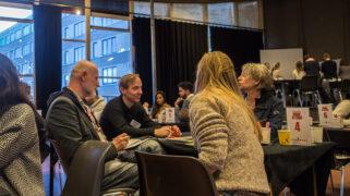 Deelnemers duiken in communicatie en voeren gesprekken met experts.