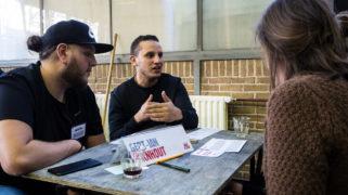 De initiatiefnemers van Young Nieuw West in gesprek met de initiatiefnemers van OOPOEH