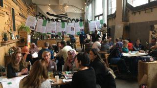 Schoolleiders, leerkrachten, externe aanbieders van leertijduitbreiding en mensen van de gemeente Rotterdam in gesprek.