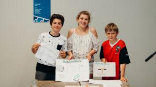 Kinderen presenteren de Sloterplastour die ze samen met hun opdrachtgever ontwikkelden.