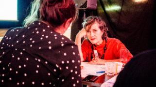 Deelnemer Amsterdammers, Maak je stad! in gesprek met een ambtenaar van de gemeente Amsterdam.