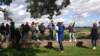 Tijdens een excursie leren de leerlingen van hun omgeving