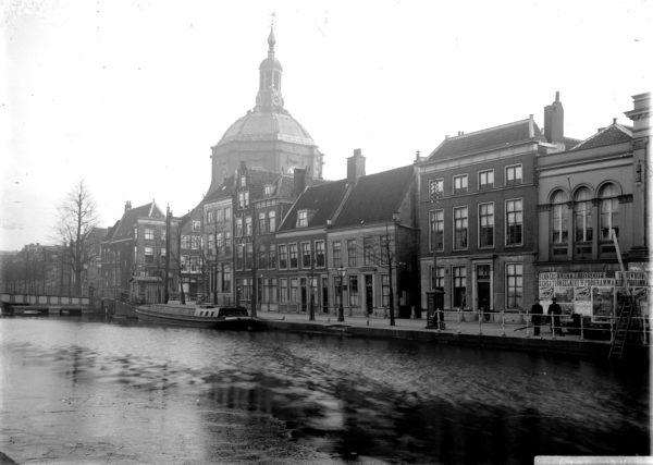 Een foto van de Oude Vest afkomstig uit de beeldbank van Erfgoed Leiden.