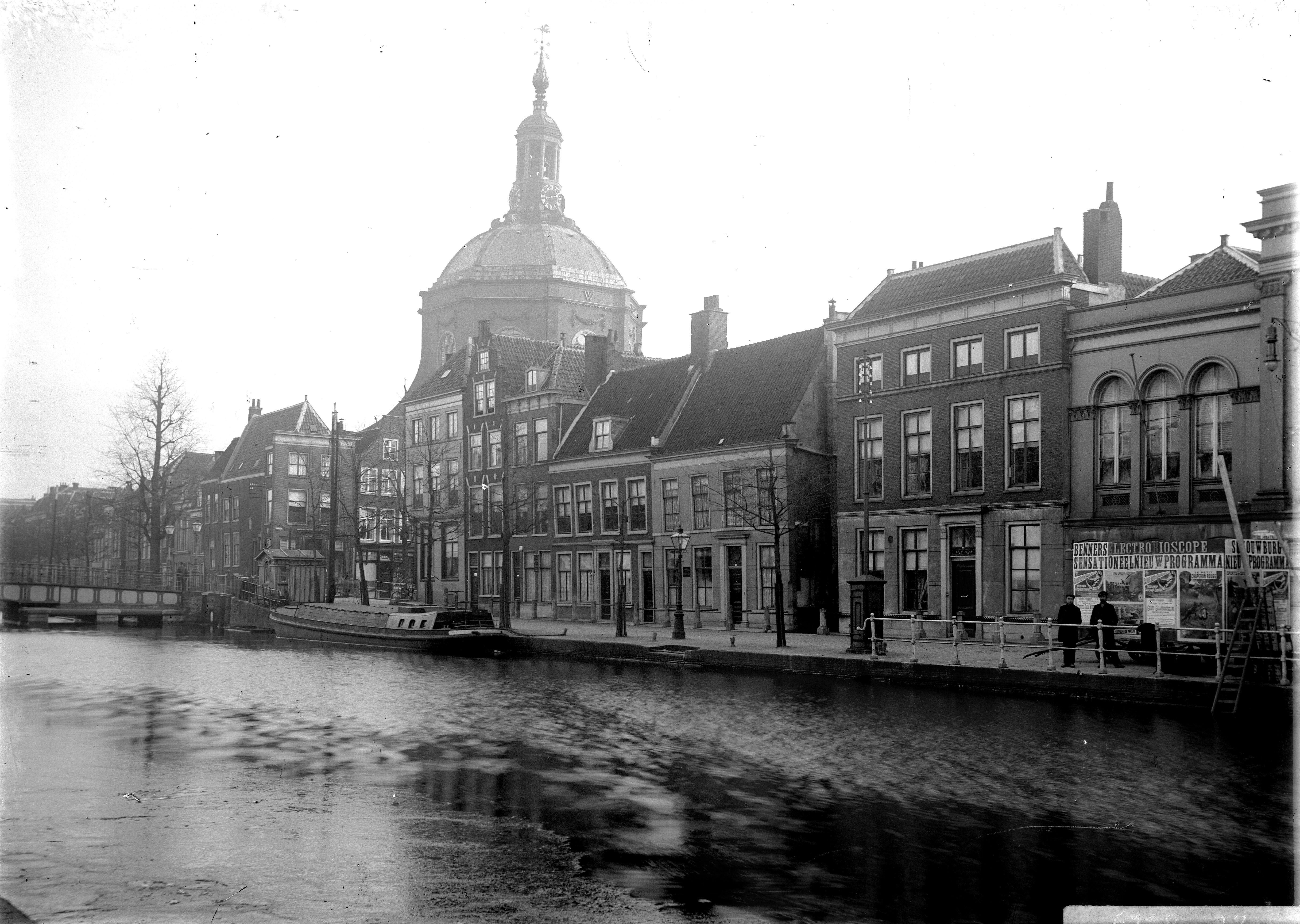 Een foto van de Oude Vest afkomstig de beeldbank van Erfgoed Leiden.