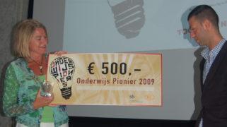 Tofik Dibi reikte in 2009 de eerste Onderwijs PioniersPrijs uit.