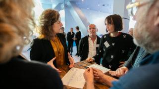 Minister van Engelshoven in gesprek met een van de deelnemers van LinC LL