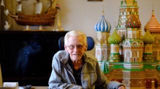 Meneer Versteeg op zijn kamer, in De Buitenhof, voor zijn 2,3 meter hoge maquette van de Basiliuskathedraal in Moskou.