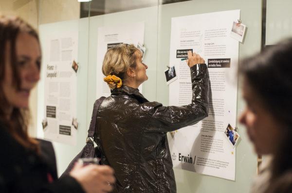 Tekenen, schrijven en stickers gebruiken voor het geven van feedback op de verhalen.