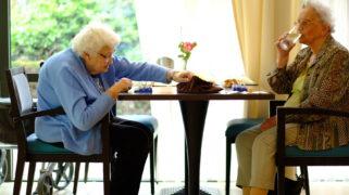 Bewoners van zorgcentrum De Buitenhof spelen een spelletje.