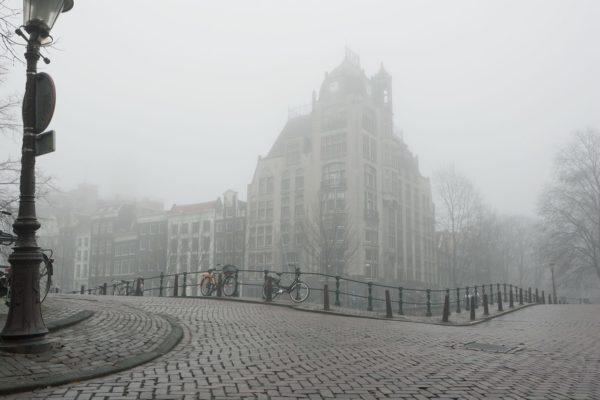 Ons kantoor aan de Keizersgracht in de mist.