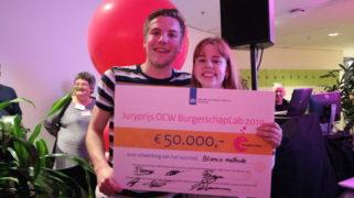 De bedenkers van de Blanco Methode nemen tijdens het burgerschapsfestival een cheque van 50.000 euro in ontvangst.