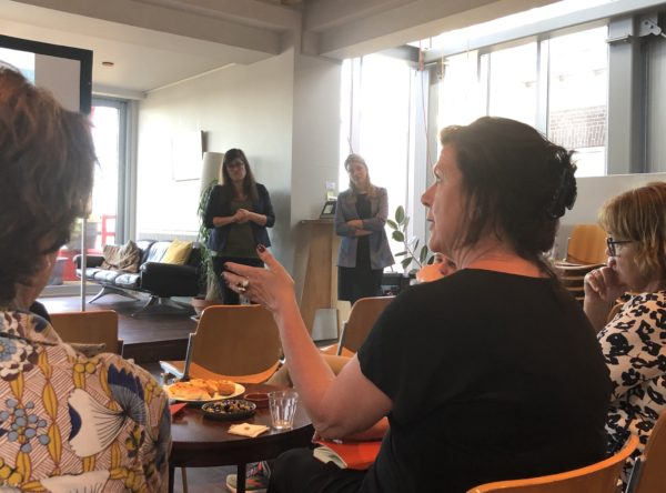 Veerle Huyers en Annamarie Valkema van Cordaan in discussie met het publiek