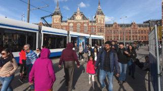 Stationsplein met tram