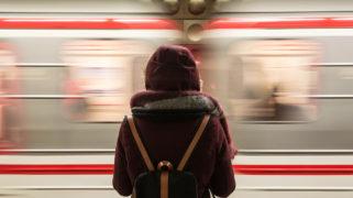 Vrouw en rijdende trein