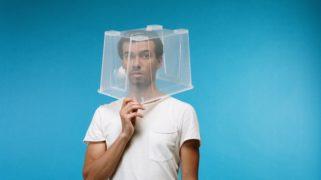Man met plastic doos over zijn hoofd