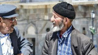Oudere Turkse mannen praten op straat